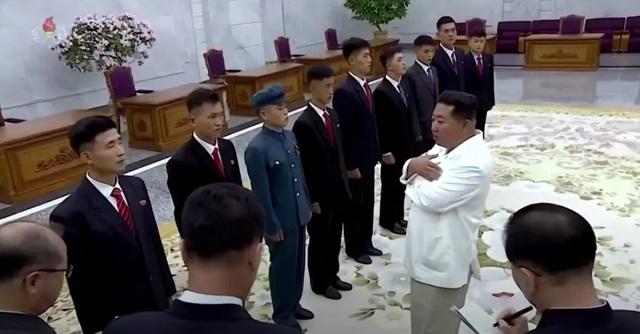 Обвисает кожа: Ким Чен Ын ещё сильнее похудел, в Сети говорят о двойнике