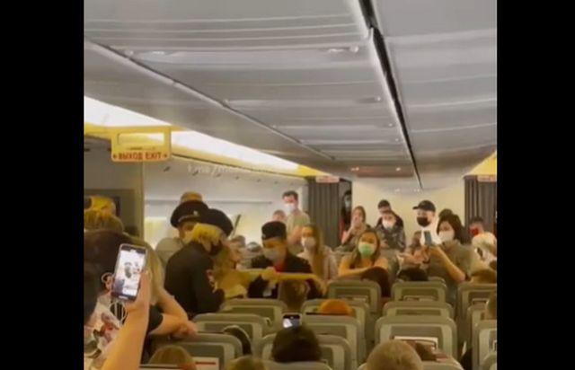 Дебоширку сняли с самолёта в Анталью под аплодисменты 400 пассажиров