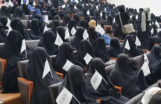 В столице Афганистана девушки вышли на улицы в поддержку раздельного обучения и хиджабов