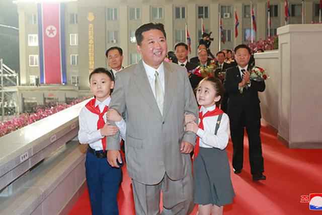 КНДР на грани массового голода: пока Ким Чен Ын хвастается ракетой, люди похищают детей и продают мочу
