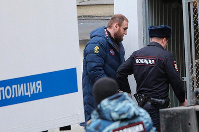 Суд продлил арест бывшему сенатору Арашукову и его отцу