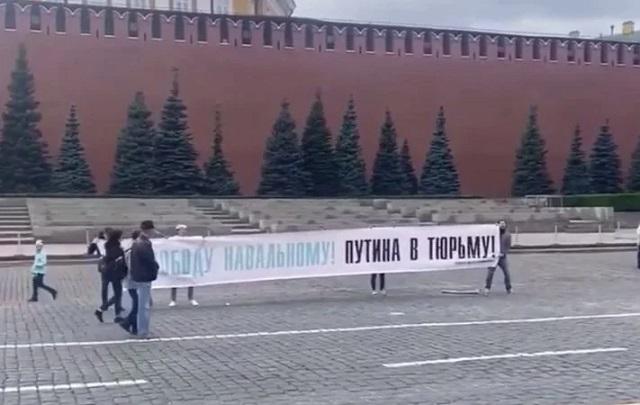 «Путина в тюрьму». На Красной площади в Москве активисты развернули баннер в поддержку Навального, их задержали