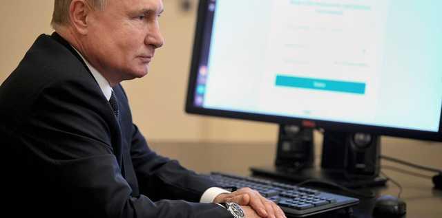 Самоизолировавшийся Путин показал, как голосует онлайн. На часах у него при этом - дата недельной давности