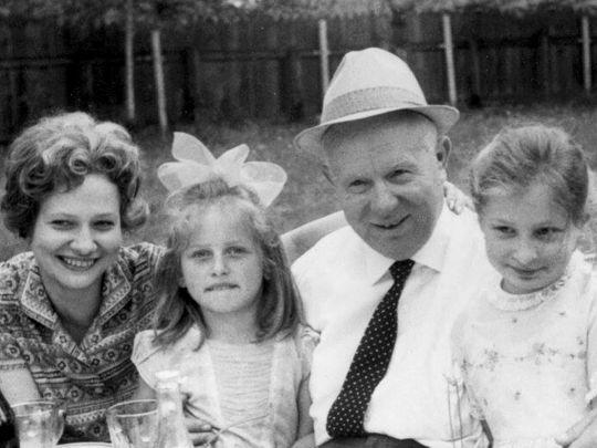 Никита Хрущев удочерил свою внучку, потому что ее маму посадили на 10 лет за «шпионаж»: историк о самом противоречивом советском лидере