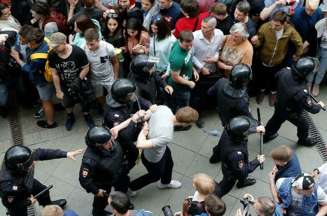 В Москве полиция задерживает участников акции протеста КПРФ, которая прошла после выборов