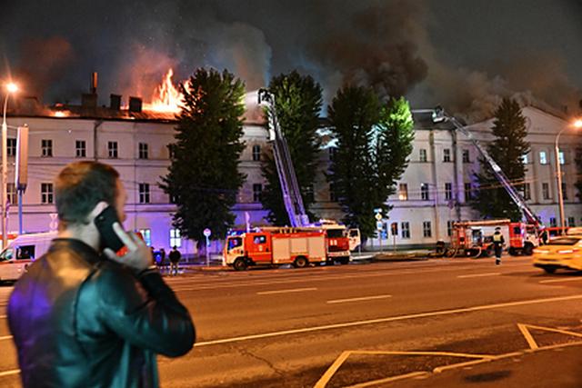 Площадь пожара в общежитии Военного университета в Москве увеличилась вдвое