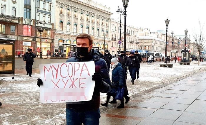 В Петербурге полицейские просят выплатить им по ₽100 тыс. за плакат «мусора хуже *****»