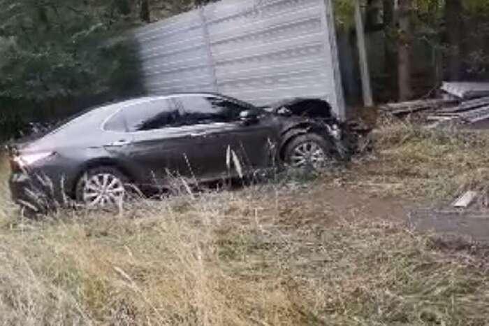 Женщина-водитель протаранила забор госрезиденции в Конча-Заспе