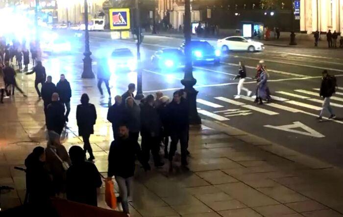 В центре СПб авто протаранило людей на пешеходном переходе