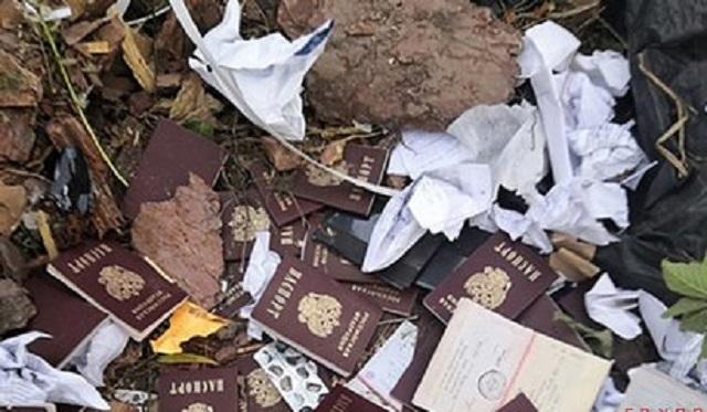 В российском селе на помойке нашли десятки паспортов