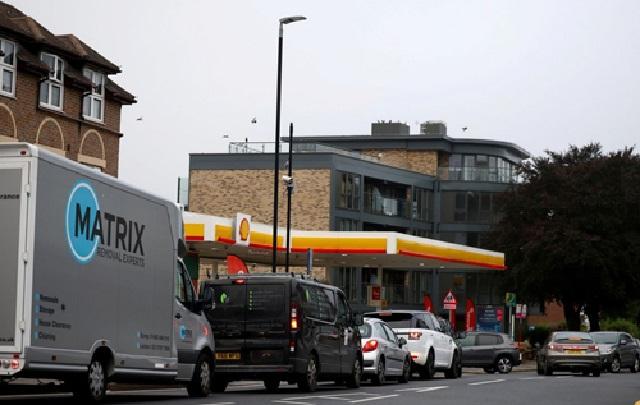 В Великобритании ажиотаж на АЗС: за бензином выстроились часовые очереди