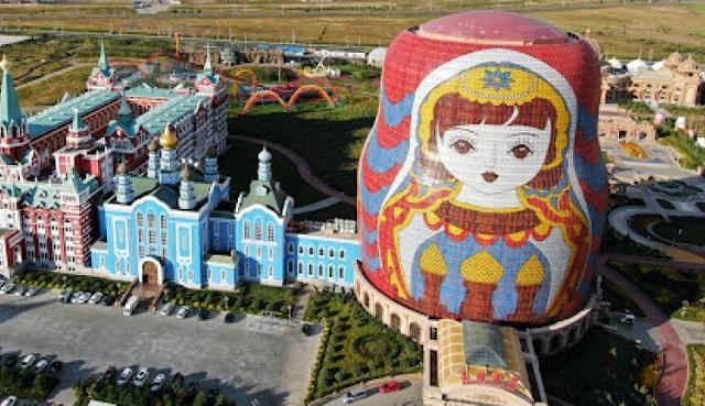 Отель в форме матрешки претендует на звание самого уродливого здания Китая