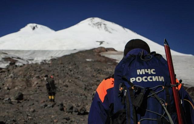 Спасатели спускают тела трёх погибших на Эльбрусе альпинистов