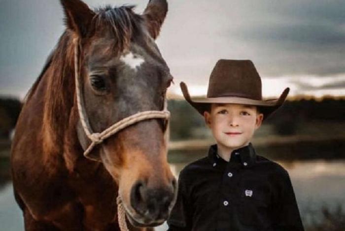 10-летний участник родео погиб, когда его лошадь внезапно упала замертво и придавила всадника