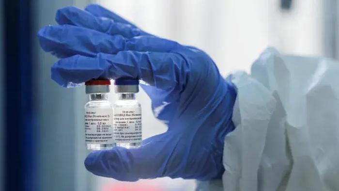 СМИ: РФ украла формулу вакцины AstraZeneca для производства «Спутника V». В Кремле ответили