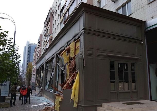 В центре Киева неизвестные разнесли экскаватором магазин