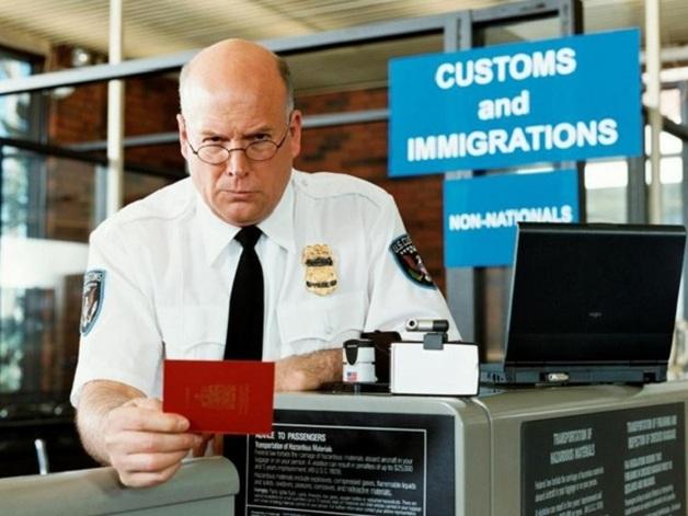 Выбирай любой: в аэропорту Одессы мужчина запутался в поддельных паспортах