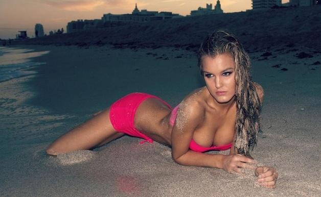 Как пышногрудая звезда Playboy раздевается в соцсети