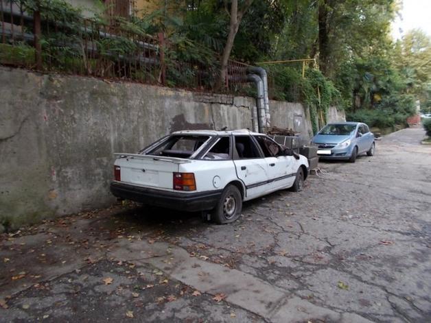 Как очистить двор от брошенных машин и автохлама