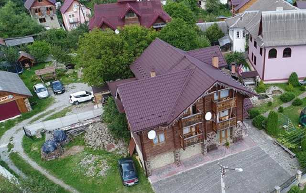 Елітні маєтки й авто: В мережі показали, як живе український прокурор