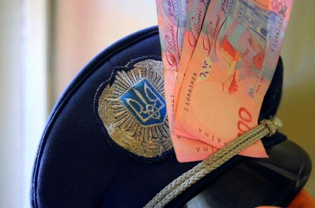Полицейские, за 50 тысяч отпустившие мошенника, заплатят штраф в 2 раза меньше взятки