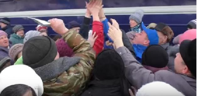 В России сотни людей устроили давку за бесплатные сувениры от партии Жириновского
