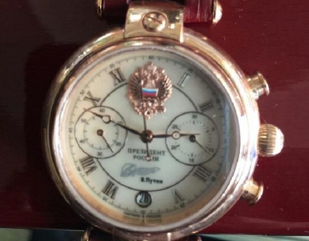 У директора госпредприятия нашли именные часы от Путина и золотой умывальник