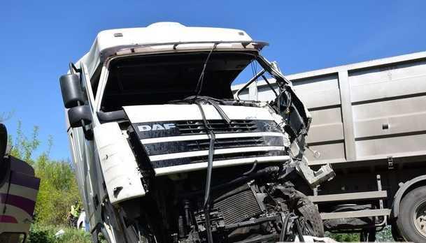 Ямы на дорогах. В Николаевской области произошло тройное ДТП с военным бусиком
