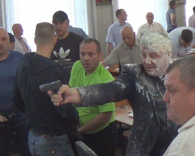Облили кефиром: Депутат открыл стрельбу по активистам прямо на сессии Никопольского горсовета