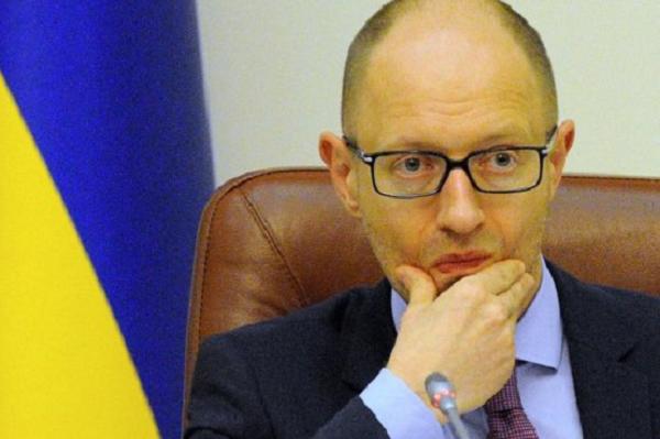 Яценюк перед отставкой в два раза поднял выплаты чиновникам