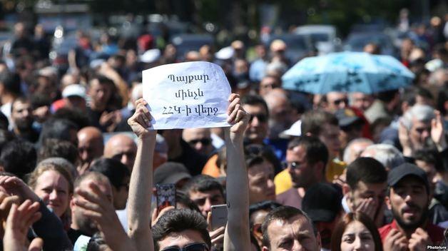 В Ереване школьники требуют отставки директора, которая не пускала их на протесты