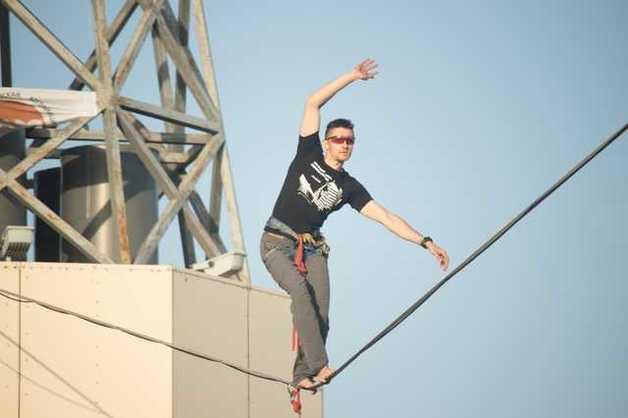 Новый рекорд: экстремалы из Днепра прошлись по веревке между небоскребами
