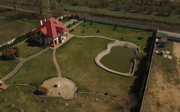Судья из Борисполя переписал богатый особняк на дочь
