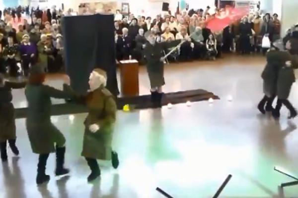 """Застряли в войне: сеть взбудоражил """"фронтовой"""" танец в России"""