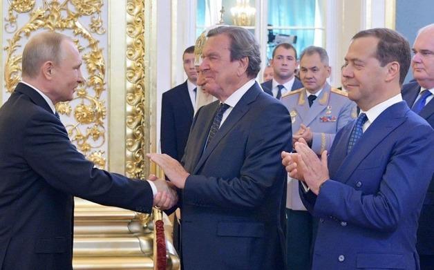 На инаугурации Путина место в переднем ряду получил экс-канцлер Шредер. Это был сигнал Кремля