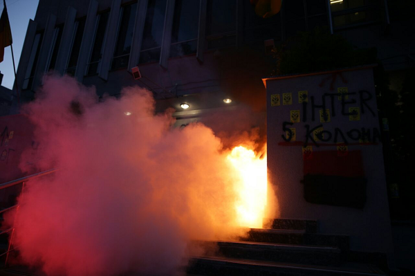 Перед зданием телеканала Интер националисты бросили коктейль Молотова