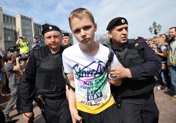 В Госдуму внесли закон о наказании за вовлечение подростков в несанкционированные митинги