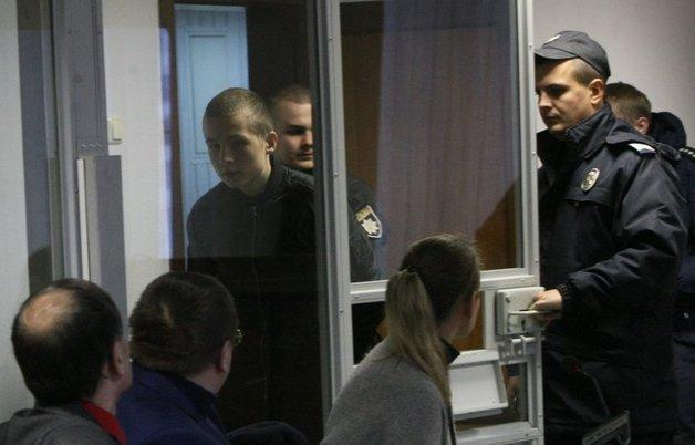 Сыну нардепа Попова дали пять лет условно за вооруженное ограбление магазина