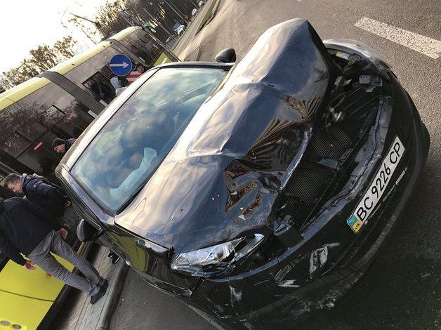 Во Львове 16-летняя девушка на Porsche спровоцировала аварию и отделалась штрафом в 525 гривен