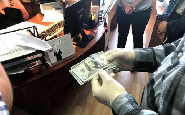 В Черкассах на взятке погорела чиновница исполнительной службы