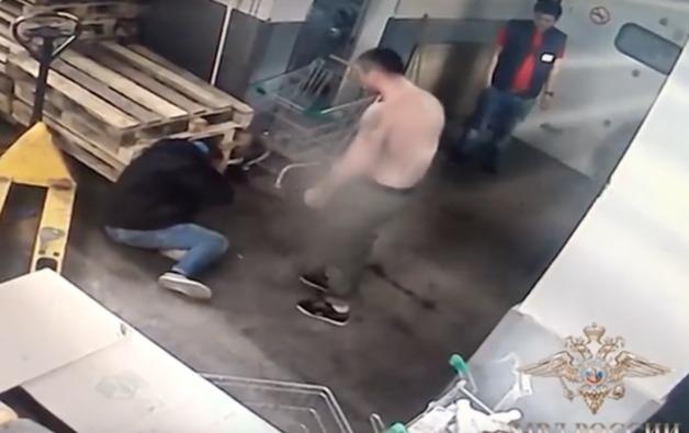 Сотрудники супермаркета избили покупателя тележкой