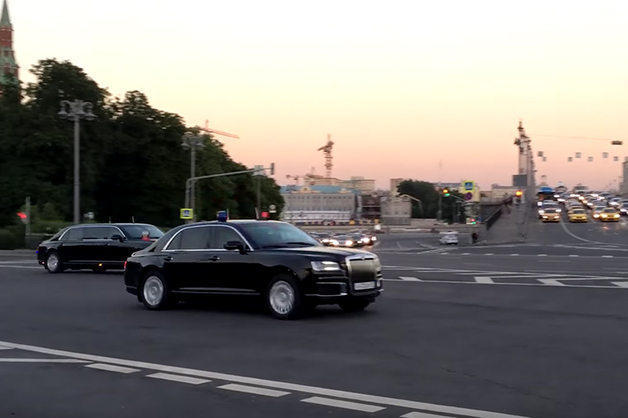 В Сети появилось видео с выезжающей из Кремля колонной «кортежей»