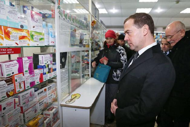 «Больной» Медведев уехал лечиться на лыжный курорт с подругой