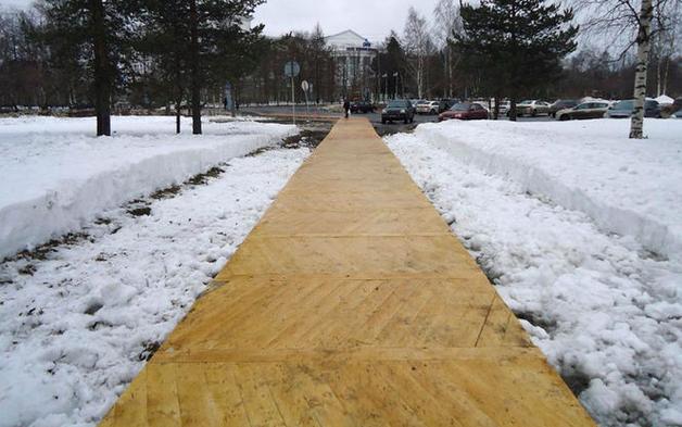 В Архангельске к приезду Путина дорогу покрыли паркетом поверх снега и асфальта