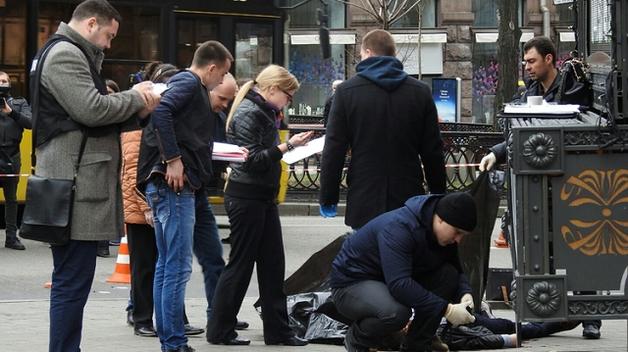 Стоя на одном колене, раненный охранник Вороненкова требовал поймать убийцу