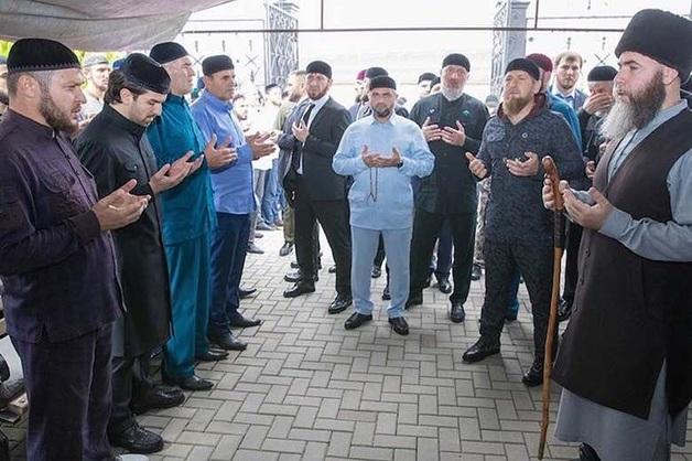«Таких похорон никогда еще не было в Чечне — а может, и на всем Кавказе». Почему проститься с убийцей Буданова приехали тысячи людей