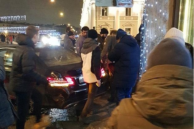У врезавшегося в толпу в Петербурге водителя Mercedes-Benz оказалось 50 штрафов за превышение скорости