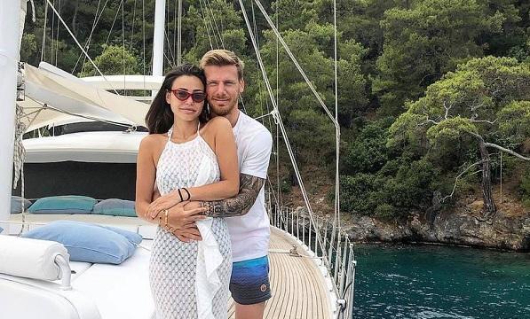 Жена знаменитого футболиста случайно выложила фото и лишила мужа карьеры