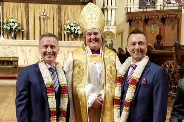 В соборе Торонто прошла церемония венчания епископа-гея с возлюбленным