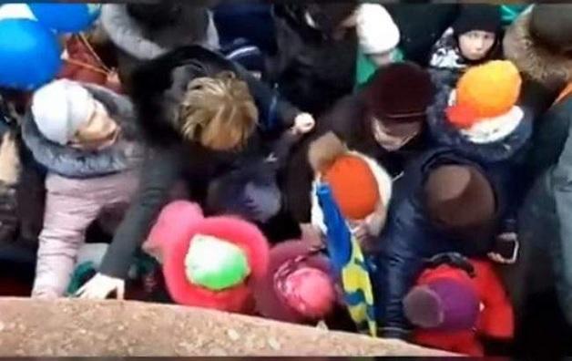Люди пытались взять штурмом автомобили с подарками: Жириновский в очередной раз опозорил россиян